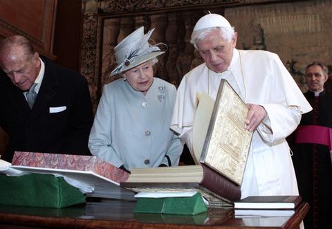 エリザベス女王とベネティクト16世